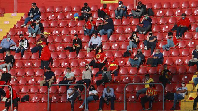Penonton saat menyaksikan pertandingan antara benevento melawan Inter Milan pada laga Serie A di Stadion Ciro Vigorito, Minggu (27/9/2020). Sejumlah liga di Eropa telah mengijinkan fans menonton langsung pertandingan di stadion. (Alessandro Garofalo/LaPresse via AP)