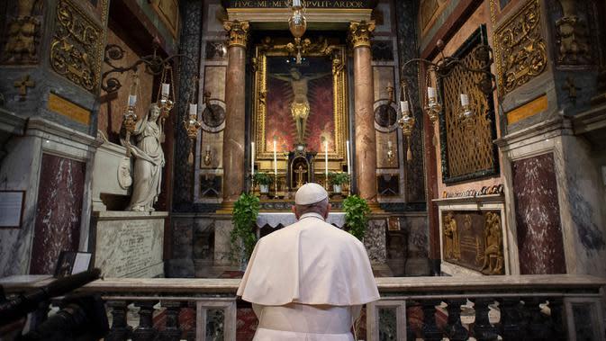 PAUS BERDOA AKHIRI PANDEMI COVID-19: berdoa di St. Marcello al Corso, Roma, Italia, Minggu (15/3/2020). Vatikan menyatakan, Paus berdoa untuk mengakhiri pandemi virus corona COVID-19. (Vatican News via AP)