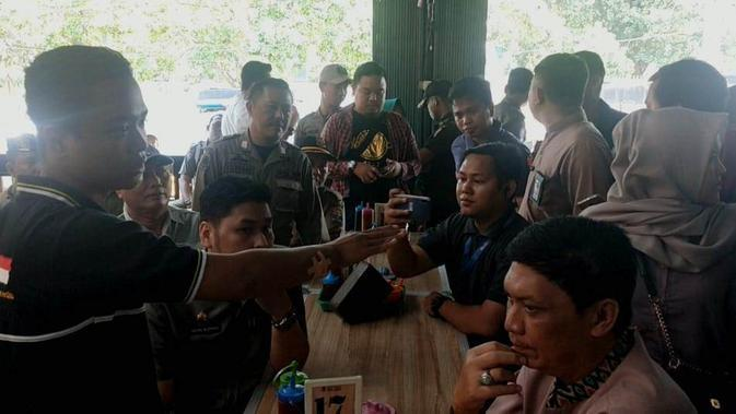 Choiri marah ketika salah satu petugas menegur ibunya yang berteriak di depan petugas BPPD dan Satpol-PP Palembang (Liputan6.com / Nefri Inge)