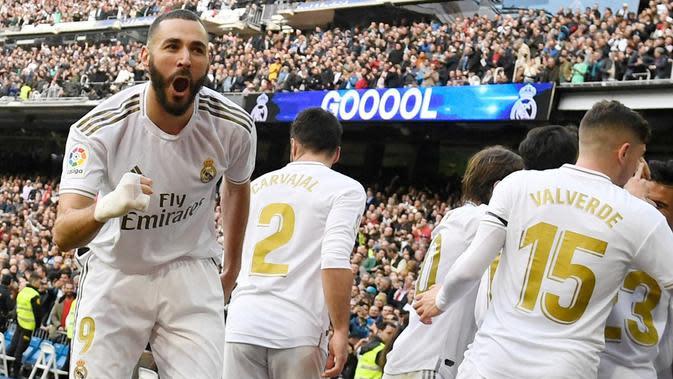 Karim Benzema mencetak gol tunggal kemenangan Real Madrid atas Atletico Madrid pada laga pekan ke-22 La Liga Spanyol di Santiago Bernabeu, Sabtu (1/2/2020). (AFP/PIERRE-PHILIPPE MARCOU)