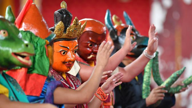 Para biksu Buddha yang mengenakan topeng tampil dalam acara tarian Cham tahunan untuk berdoa agar mendapatkan panen yang baik dan kehidupan yang damai di Biara Tashilhunpo di Xigaze, Daerah Otonom Tibet, China barat daya, 22 September 2020. (Xinhua/Chogo)
