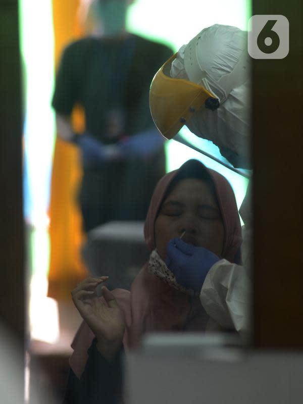 Tim medis Puskesmas Kecamatan Pulogadung melakukan swab tes (usap tes) pedagang pasar Burung Cipinang Kebembem, Jakarta, Jumat (19/6/2020). Sebanyak 82 orang yang mengikuti pemeriksaan swab tes dilakukan untuk memutus rantai penularan virus Corona (COVID-19). (merdeka.com/Imam Buhori)