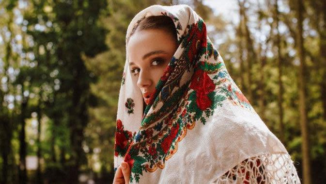 Ilustrasi Hijab Menggunakan Syal Credit: pinterest.com