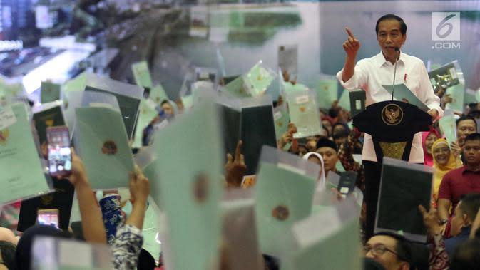 Presiden Joko Widodo atau Jokowi memberi sambutan saat membagian sertifikat tanah di Pasar Minggu, Jakarta, Jumat (22/2). Jokowi menjawab tuduhan bahwa pembagian sertifikat tanah untuk rakyat tidak ada gunanya. (Liputan6.com/Angga Yuniar)