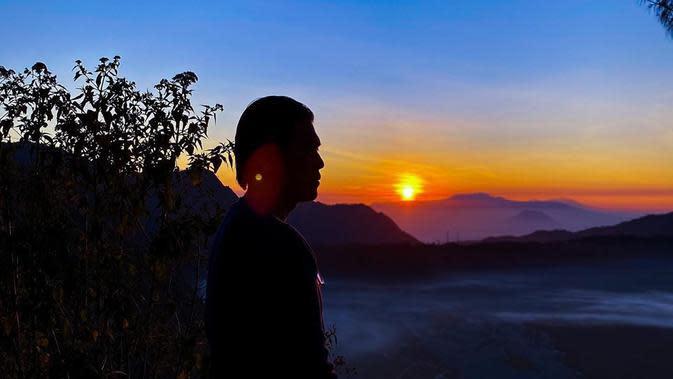 Untuk yang satu ini adalah potret Reino tengah menikmati pemandangan saat matahari terbit. Begitu indah foto yang diunggah di media sosial Reino ini. (Instagram/reinocarack)