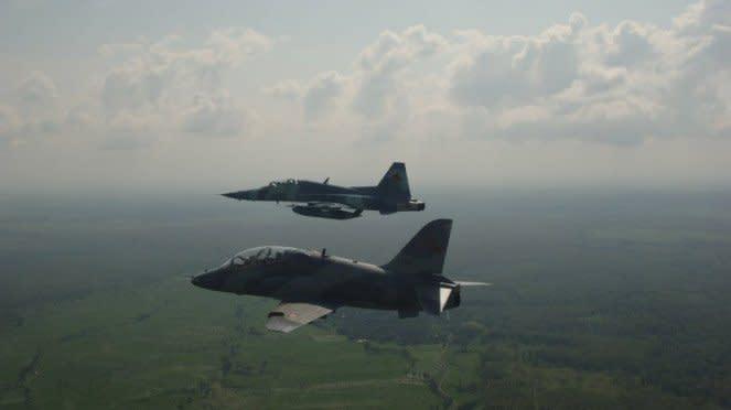 Pesawat terbang Hawk 200 terbang formasi dengan pesawat F-5