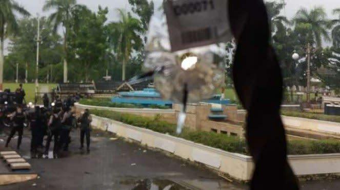 Lubang bekas tembakan di jendela kaca gedung DPRD Provinsi Jambi yang ditemukan