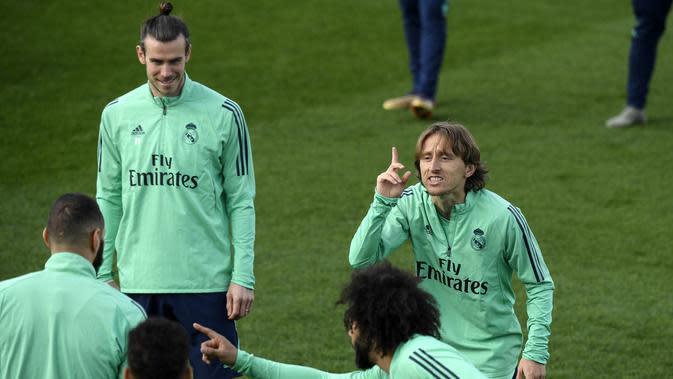 Gelandang Real Madrid, Luka Modric bercanda dengan rekan-rekannya selama sesi latihan tim di Valdebebas di Madrid, Spanyol, Selasa, (25/2/2020). Real Madrid akan menjamu wakil Inggris, Manchester City pada leg pertama babak 16 besar Liga Champions di Bernabeu. (AP Photo/Oscar Del Pozo)