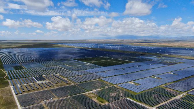 Foto hasil bidikan dari udara yang diabadikan pada 17 Agustus 2020 ini menunjukkan pembangkit listrik tenaga surya di kawasan pengembangan industri hijau di Prefektur Otonom Etnis Tibet Hainan, Provinsi Qinghai, China barat laut. (Xinhua/Zhang Long)