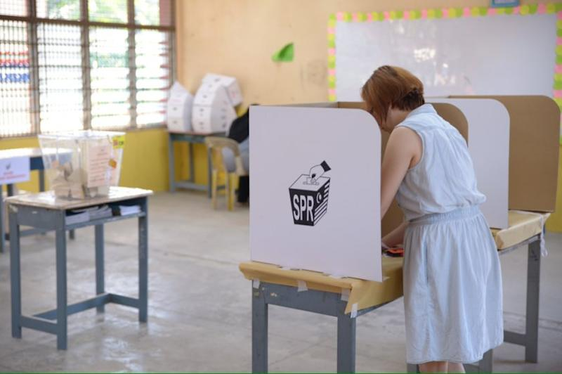 A voter marks her ballot paper at a polling center, Gelugor, Penang in this file picture taken on May 25, 2014. — Picture by KE Ooi