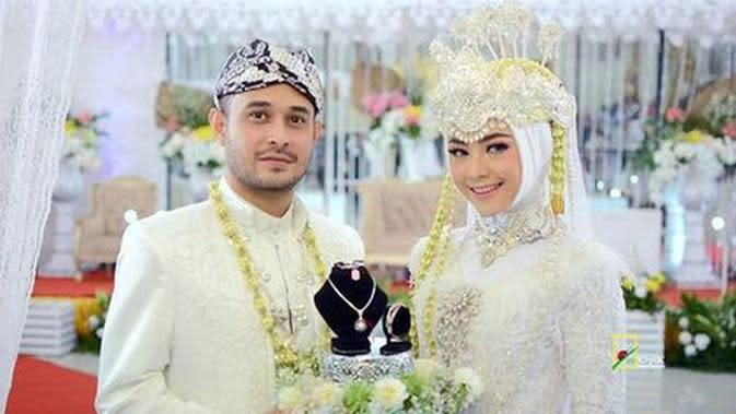 Foto Pernikahan Meidian Maladi dan Istri Credit: Kapanlagi.com