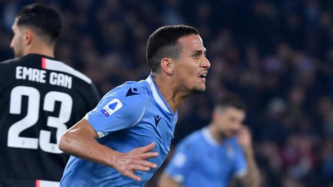 Bek Lazio, Luiz Felipe, kabarnya masuk radar Barcelona pada bursa transfer musim panas ini. (AFP/Alberto Pizzoli)
