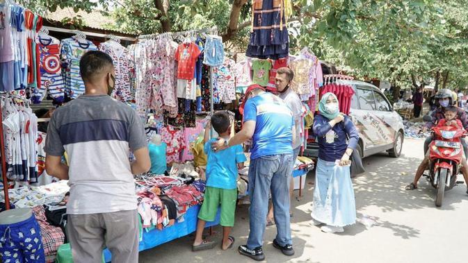 Bamsoet Ngobras Bareng Pedagang Pakaian Kaki Lima di Bogor (Foto:MPR)