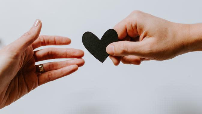 Ilustrasi hubungan cinta. /Photo by Kelly Sikkema on Unsplash