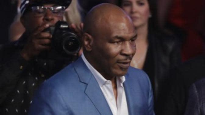 Legenda tinju Amerika Serikat, Mike Tyson, menonton langsung pertarungan antara Floyd Mayweather Jr melawan Conor McGregor di T-Mobile Arena, Las Vegas, Minggu (27/8/2017) pagi WIB. (AP Photo/Isaac Brekken)