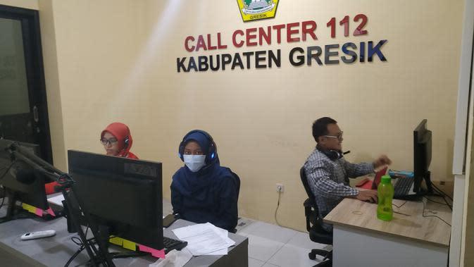 Pemkab Gresik menyiapkan layanan Call Center 112 kedaruratan untuk mengoptimalkan penanggulangan bencana non alam dan percepatan penanganan Corona COVID-19. (Liputan6.com/ Dian Kurniawan)