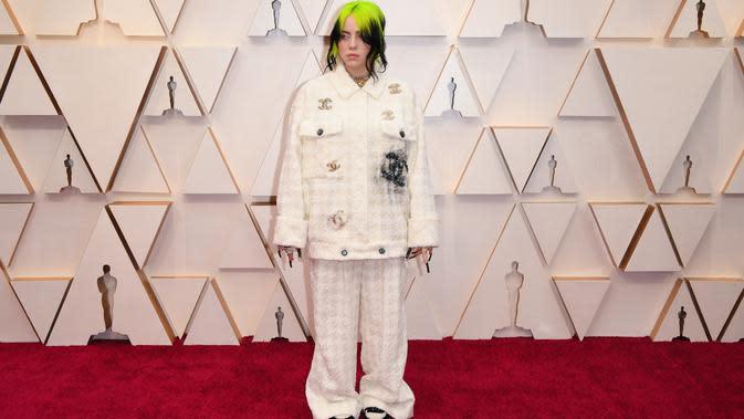 Billie Eilish saat tampil di karpet merah Oscar 2020. (Robyn Beck / AFP)