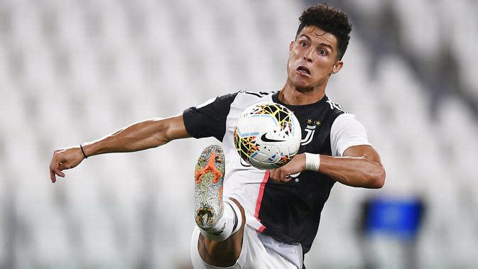 Striker Juventus, Cristiano Ronaldo, melepaskan tendangan ke gawang Atalanta pada laga Serie A di Allianz Stadium, Minggu (12/7/2020). Kedua tim bermain imbang 2-2. (Fabio Ferrari/LaPresse via AP)