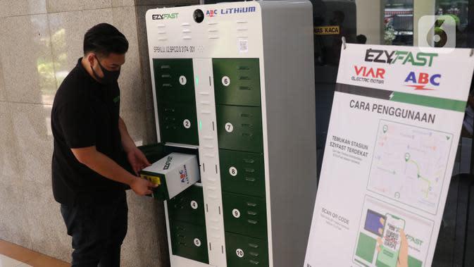 Petugas menguji coba penukaran baterai sepeda motor listrik di halaman kantor Ditjen Ketenagalistrikan ESDM, Jakarta, Senin (31/8/2020). Dengan adanya alat penukaran baterai tersebut maka dapat merangsang masyarakat beralih kepada kendaraan listrik daripada motor BBM. (Liputan6.com/Angga Yuniar)