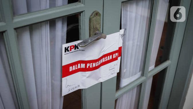 Ruang kerja komisioner KPU Wahyu Setiawan yang tertempel segel stiker dalam pengawasan KPK usai penggeledahan di Kantor KPU sementara, Jakarta, Kamis (9/1/2020). Penggeledahan dan penyegelan terkait operasi tangkap tangan (OTT) KPK terhadap Wahyu pada 8 Januari kemarin. (Liputan6.com/Faizal Fanani)