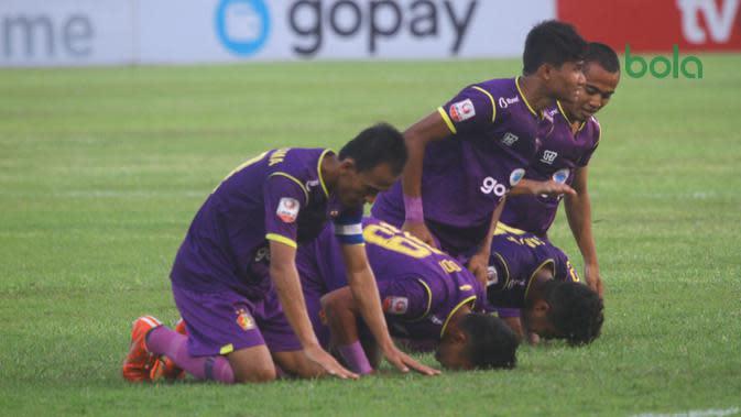 Pemain Persik Kediri bersujud syukur usai mencetak gol kemenangan atas Madura FC 2-0 di Stadion Brawijaya Kota Kediri, Jumat (4/10/2019). (Bola.com/Gatot Susetyo)
