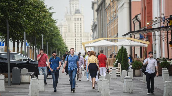 Orang-orang berjalan di sebuah jalan di Moskow, 13 Juli 2020. Rusia melaporkan 6.537 kasus terkonfirmasi baru COVID-19 dalam 24 jam terakhir, sehingga totalnya bertambah menjadi 733.699, demikian disampaikan pusat tanggap COVID-19 negara tersebut pada Senin (13/7). (Xinhua/Evgeny Sinitsyn)