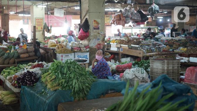 Pedagang menunggu pembeli di Pasar Minggu, Jakarta, Kamis (2/7/2020). Pemprov DKI Jakarta memutuskan untuk mengembalikan operasional seluruh pasar yang ada seperti sedia kala dengan memperpanjang jam buka pasar serta menghapus sistem operasional ganjil genap. (Liputan6.com/Immanuel Antonius)