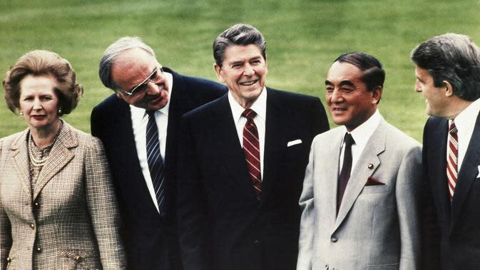 Perdana Menteri Jepang Yasuhiro Nakasone, (kanan kedua), lalu Perdana Menteri Inggris Margaret Thatcher, (kiri), lalu Kanselir Jerman Barat Helmut Kohl, (kiri kedua), kemudian Presiden AS Ronald Reagan (tengah). (AP)