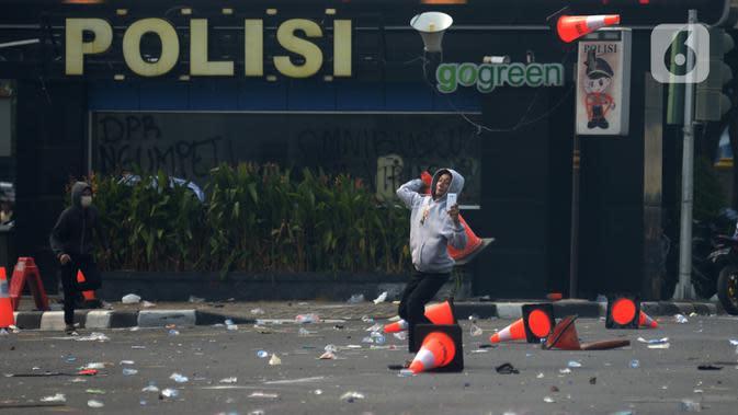 Massa terlibat bentrok dengan aparat kepolisian di kawasan Harmoni, Jakarta, Kamis (8/10/2020). Bentrokan pecah saat massa yang hendak menuju Istana Negara untuk menggelar unjuk rasa menolak UU Cipta Kerja diadang oleh aparat kepolisian. (merdeka.com/Imam Buhori)