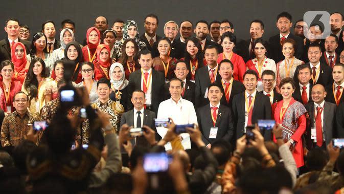 Presiden Joko Widodo (tengah depan) berfoto bersama saat pelantikan pengurus Himpunan Pengusaha Muda Indonesia (HIPMI) periode 2019-2024, di Jakarta, Rabu (15/1/2020). Tema Hipmi kali ini peningkatan kualitas SDM pengusaha muda Indonesia menyambut era bonus demografi. (Liputan6.com/Angga Yuniar)