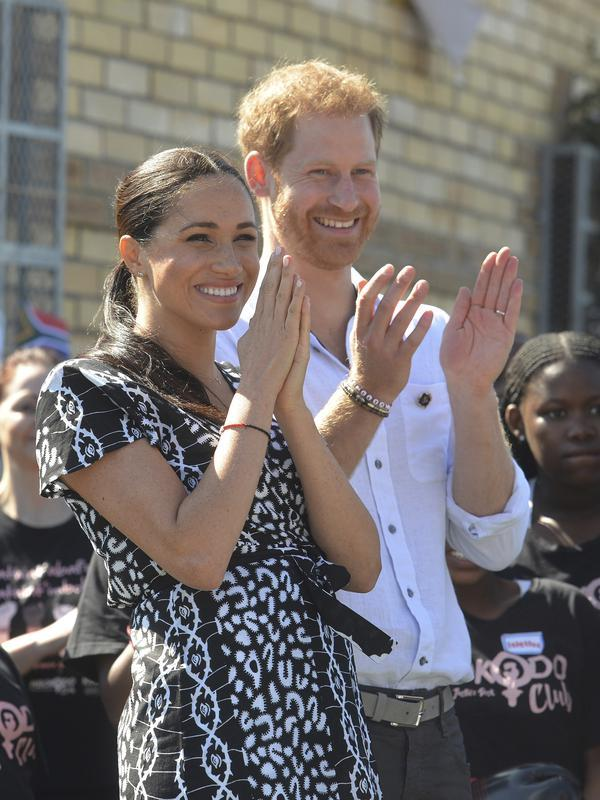 Meghan Markle dan Pangeran Harry dalam lawatan ke Afrika (Courtney Africa / Africa News Agency via AP, Pool)