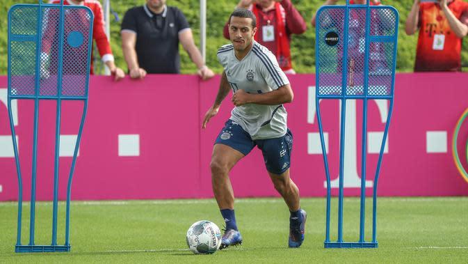 Gelandang Bayern Munchen, Thiago Alcantara mengikuti sesi latihan tim selama kamp musim dingin tim di ibu kota Qatar, Doha, pada 5 Januari 2020. Thiago meraih total 16 gelar juara. Dia mencatatkan 235 kali penampilan bersama Bayern, dengan menyumbang 31 gol dan 35 assist. (AFP/Karim Jaafar)