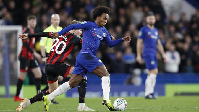 Gelandang Chelsea, Willian, meladeni Bournemouth pada laga musim lalu. (AP/Alastair Grant)