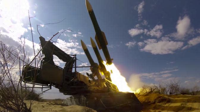 Sebuah roket diluncurkan dari sistem rudal di pangkalan militer Ashuluk, Rusia, 22 September 2020. Sistem Pertahanan Udara Rusia berhasil menangkis serangan udara selama latihan militer gabungan di selatan Rusia. (Russian Defense Ministry Press Service via AP)