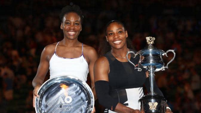 Serena Williams (kanan) menjuarai Australia Terbuka 2017 setelah mengalahkan sang kakak, Venus Williams, pada laga final di Rod Laver Arena, Melbourne, Australia, Sabtu (28/1/2017). (Bola.com/Twitter/WTA)