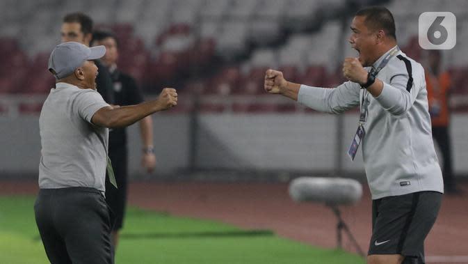 Pelatih Timnas Indonesia U-19, Fakhri Husaini (kiri) merayakan hasil imbang melawan Korea Utara pada kualifikasi Grup K Piala AFC U-19 2020 di Stadion Utama Gelora Bung Karno, Jakarta, Minggu (10/11/2019). Indonesia lolos ke putaran Piala AFC U-19 2020 Uzbekistan. (Liputan6.com/Helmi Fithriansyah)
