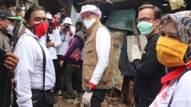 Sandiaga Dihujat Simpatisan, Beri Bansos Bareng Relawan Jokowi Mania