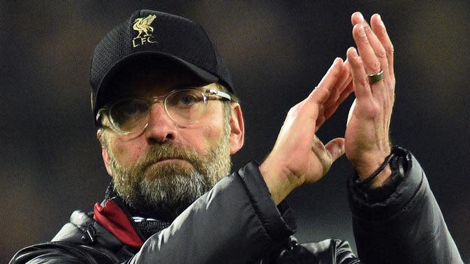Pelatih Liverpool, Jurgen Klopp bertepuk tangan usai pertandingan melawan West Ham United pada lanjutan Liga Inggris di The London Stadium (4/2). Liverpool bermain imbang 1-1 atas West Ham. (AFP Photo/Glyn Kirk)