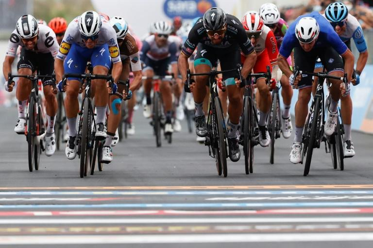 Demare wins Giro d'Italia photo-finish as Thomas heads home