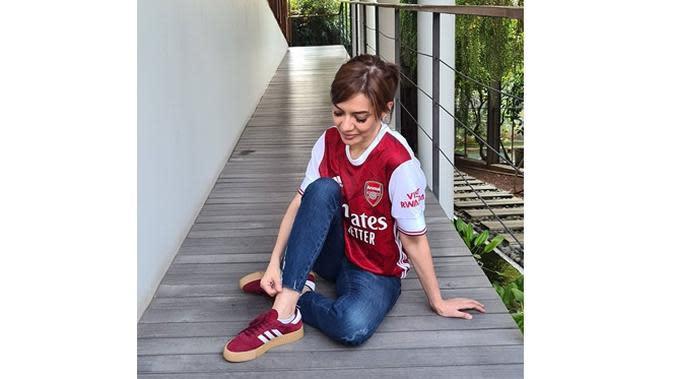 6 Potret Najwa Shihab Pakai Jersey Sepak Bola, Fans Arsenal (sumber: Instagram.com/najwashihab)