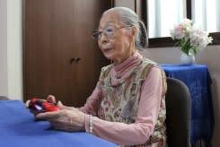 Nenek 90 tahun menjaga jari-jarinya agar tetap fleksibel saat main game