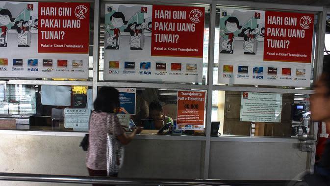 Penerapan e-ticketing juga tetap menggandeng enam bank. Yaitu Bank DKI JakCard, Mandiri e-Money, BCA Flazz, BNI Tapcash, BRI Brizzi atau Bank Mega MegaCash, Jakarta, (23/10/14). (Liputan6.com/Faizal Fanani)