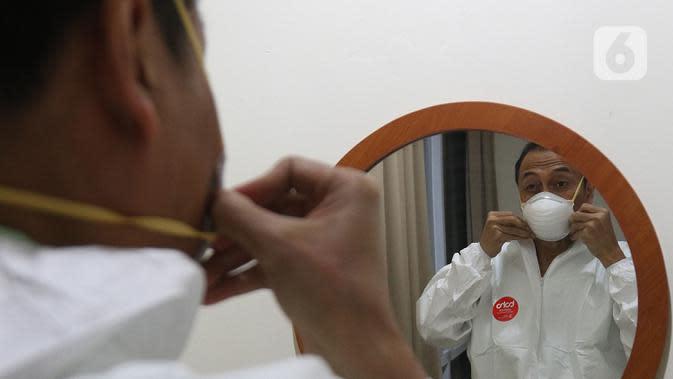 dr Rahmadi Iwan Guntoro, Sp.P memakai masker N95 di Rumah Sakit Haji, Jakarta, Kamis (9/4/2020). Tenaga medis yang menggunakan alat pelindung diri pada tingkatan perlindungan ketiga, yaitu dokter, perawat, dan petugas laboran (laboratorium). (Liputan6.com/Herman Zakharia)