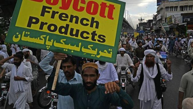 Pengunjuk rasa di Pakistan membawa spanduk 'Boikot Prancis', dalam aksi protes terhadap penerbitan ulang kartun Nabi Muhammad oleh tabloid Prancis Charlie Hebdo (AFP PHOTO / YONHAP)