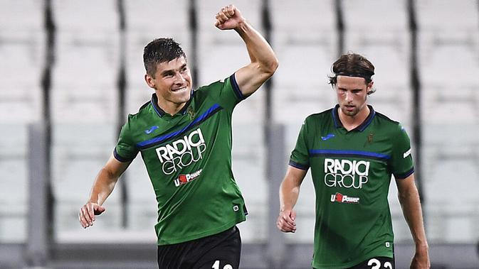Pemain Atalanta, Ruslan Malinovskyi, melakukan selebrasi usai mencetak gol ke gawang Juventus pada laga Serie A di Allianz Stadium, Minggu (12/7/2020). Kedua tim bermain imbang 2-2. (Fabio Ferrari/LaPresse via AP)