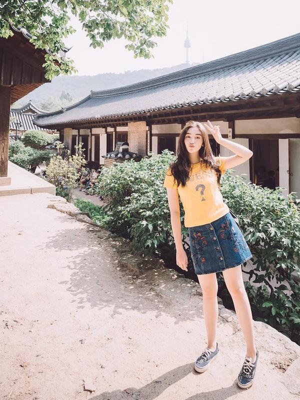 Di pertengahan tahun 2018 silam perempuan cantik ini bertandang ke Korea untuk melanjutkan pendidikannya. Nah begini lah car berbusana Ranty, simple dan trendy. Ia mengenakan denim skirt yang dipadukan kaus kuning dan sneakers.(Instagram/rantymaria)