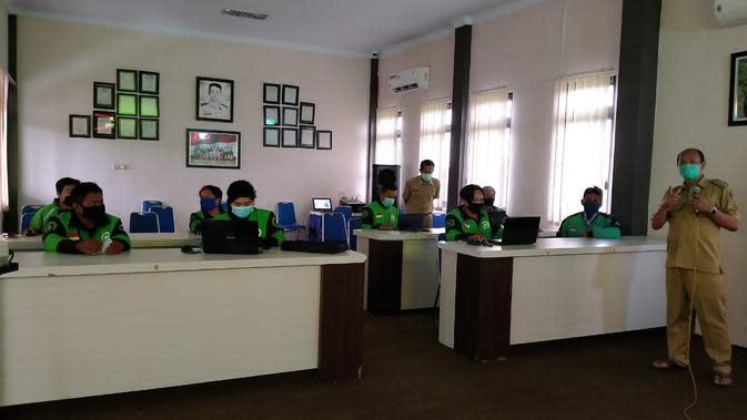 Bupati Banyuwangi Abdullah Azwar Anas menggelar rapat virtual dengan kepala desa dan camat se-Banyuwangi.