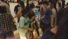 【831一周年】入夜更多人到太子站獻花 警要求離開