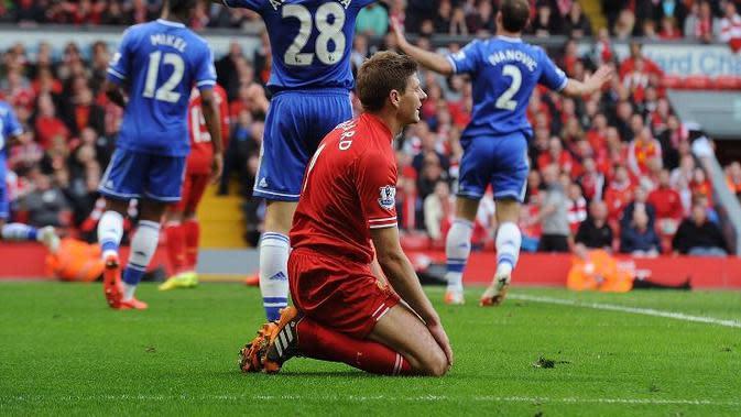 Insiden Terpeleset Masih Terngiang, Steven Gerrard Salahkan Bek Liverpool