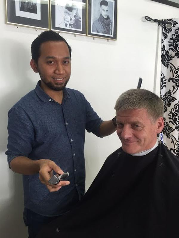 Herman Suaeli, pemilik Groom Barber Stylist, saat memangkas rambut mantan PM Selandia Baru, Bill English (dok. https://barberhead.com/wellington/groom-barber-stylist/ Brigitta Bellion)